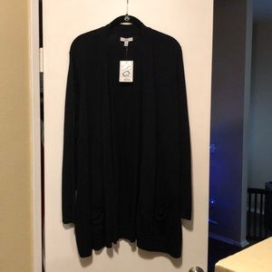 Long black cardigan with pockets.